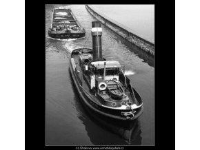 Remorkér s vlečným člunem (1354-4), žánry - Praha 1961 jaro, černobílý obraz, stará fotografie, prodej