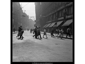 Na přechodu (1362-2), Praha 1961 září, černobílý obraz, stará fotografie, prodej