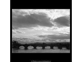 Mraky a Karlův most (1383), Praha 1961 , černobílý obraz, stará fotografie, prodej
