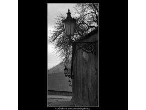 Lampy v ulici (1389-1), Praha 1962 leden, černobílý obraz, stará fotografie, prodej
