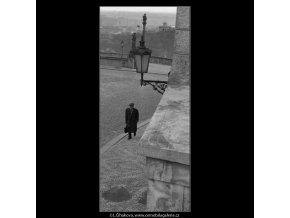 Lampa a chodec (1389-3), Praha 1962 leden, černobílý obraz, stará fotografie, prodej