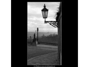 Lampa v pozadí socha (1389-4), Praha 1962 leden, černobílý obraz, stará fotografie, prodej