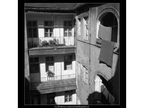 Malostranské dvorky (1410-2), Praha 1961 jaro, černobílý obraz, stará fotografie, prodej