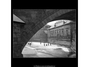 Kluci na bruslích (1414-4), žánry - Praha 1961 prosinec, černobílý obraz, stará fotografie, prodej