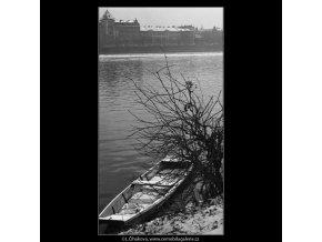 Loďka u břehu (1427-1), Praha 1961 prosinec, černobílý obraz, stará fotografie, prodej