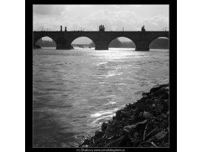Oblouky Karlova mostu (1473-2), Praha 1962 únor, černobílý obraz, stará fotografie, prodej