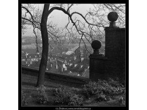 Koule na zídce (1547-2), Praha 1962 duben, černobílý obraz, stará fotografie, prodej