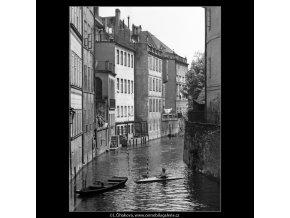 Čertovka s loďkou (1588), Praha 1962 květen, černobílý obraz, stará fotografie, prodej