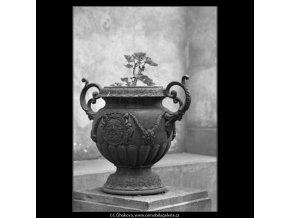 Ozdobná váza (1590-1), Praha 1962 květen, černobílý obraz, stará fotografie, prodej
