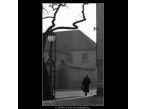 Na rohu (1464-2), žánry - Praha 1962 , černobílý obraz, stará fotografie, prodej