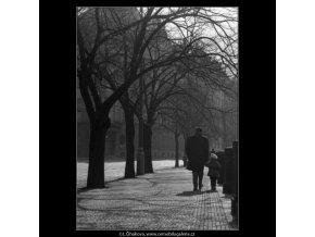 Dítě s otcem (1518), žánry - Praha 1962 březen, černobílý obraz, stará fotografie, prodej