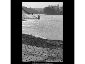 Zalitá náplavka (1521-1), žánry - Praha 1962 březen, černobílý obraz, stará fotografie, prodej