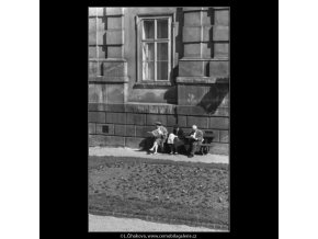 Lidé na lavičce (1557), žánry - Praha 1962 duben, černobílý obraz, stará fotografie, prodej