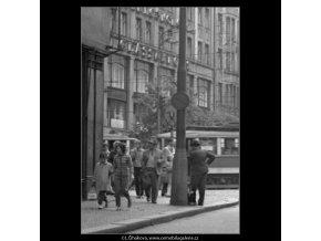 Momentka z Můstku (1593), žánry - Praha 1962 květen, černobílý obraz, stará fotografie, prodej