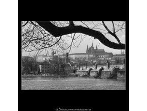 Pražský hrad a Karlův most (1596-2), žánry - Praha 1962 duben, černobílý obraz, stará fotografie, prodej