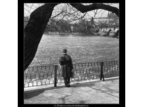 Mladík u zábradlí (1596-3), žánry - Praha 1962 duben, černobílý obraz, stará fotografie, prodej