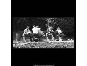 Na lavičkách (1630), žánry - Praha 1962 květen, černobílý obraz, stará fotografie, prodej