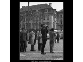 Fotografující turisté (1632-1), žánry - Praha 1962 květen, černobílý obraz, stará fotografie, prodej