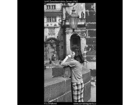 Zamyšlená dívka (1649), žánry - Praha 1962 červen, černobílý obraz, stará fotografie, prodej