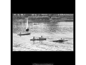 Loďky na Vltavě (1677), žánry - Praha 1962 červenec, černobílý obraz, stará fotografie, prodej