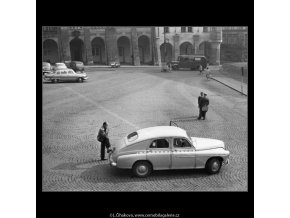 Čekající taxikář (1686), žánry - Praha 1962 červenec, černobílý obraz, stará fotografie, prodej