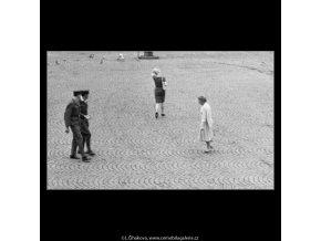 Žena jdoucí středem (1723-1), žánry - Praha 1962 červenec, černobílý obraz, stará fotografie, prodej