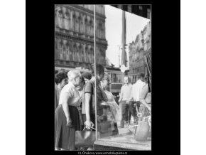 Ženy před výlohou (1735), žánry - Praha 1962 červenec, černobílý obraz, stará fotografie, prodej