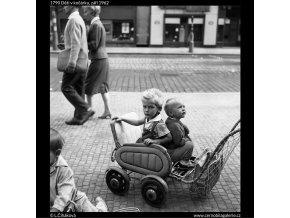 Děti v kočárku (1790), žánry - Praha 1962 září, černobílý obraz, stará fotografie, prodej