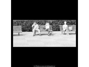 Lidé na lavičce (1802), žánry - Praha 1962 září, černobílý obraz, stará fotografie, prodej