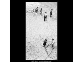 Dvě skupinky dětí (1841-2), žánry - Praha 1962 září, černobílý obraz, stará fotografie, prodej
