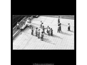 Děti v jeslích (1879-2), žánry - Praha 1962 říjen, černobílý obraz, stará fotografie, prodej