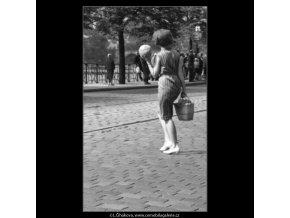 Žena s melounem (1776), žánry - Praha 1962 červenec, černobílý obraz, stará fotografie, prodej