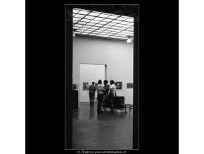 Návštěvníci nové sbírky (1785-8), žánry - Praha 1962 září, černobílý obraz, stará fotografie, prodej