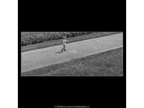 Dítě běžící po cestě (1798), žánry - Praha 1962 září, černobílý obraz, stará fotografie, prodej