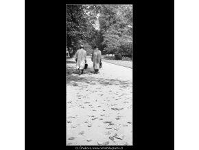 Chodci, listí, světlo (1856), žánry - Praha 1962 říjen, černobílý obraz, stará fotografie, prodej