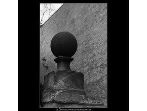 Koule na podstavci (1933), Praha 1962 prosinec, černobílý obraz, stará fotografie, prodej