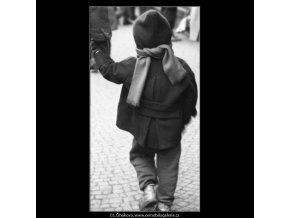 Dítě se šálou (1952), žánry - Praha 1962 prosinec, černobílý obraz, stará fotografie, prodej