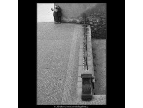 Kluci u zídky (1958), žánry - Praha 1963 leden, černobílý obraz, stará fotografie, prodej