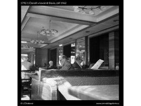 Čtenáři v kavárně Slavia (1792-1), žánry - Praha 1962 září, černobílý obraz, stará fotografie, prodej