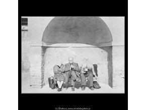 Na lavičce ve výklenku (1810), žánry - Praha 1962 září, černobílý obraz, stará fotografie, prodej