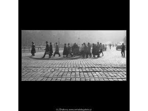Lidé na přechodu (1978-2), žánry - Praha 1962 , černobílý obraz, stará fotografie, prodej