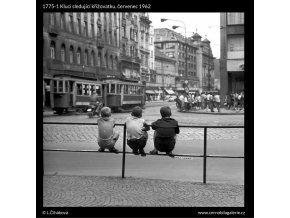 Kluci sledující křižovatku (1775-1), žánry - Praha 1962 červenec, černobílý obraz, stará fotografie, prodej