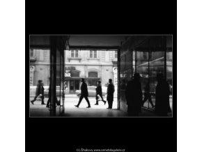 V pasáži (1951-2), žánry - Praha 1963 leden, černobílý obraz, stará fotografie, prodej