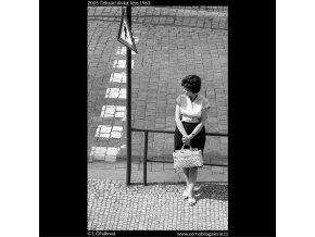 Čekající dívka (2005), žánry - Praha 1962 léto, černobílý obraz, stará fotografie, prodej