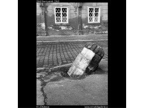 Starý patník (2065), žánry - Praha 1963 duben, černobílý obraz, stará fotografie, prodej