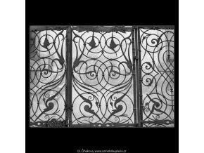Mříže před kostelem P.Marie (2081-6), Praha 1963 , černobílý obraz, stará fotografie, prodej