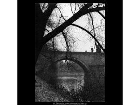 Oblouk Karlova mostu (2086-2), Praha 1963 duben, černobílý obraz, stará fotografie, prodej