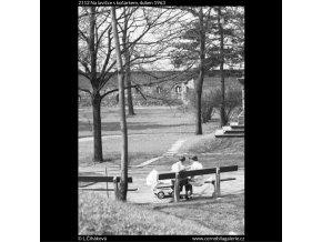 Na lavičce s kočárkem (2112), žánry - Praha 1963 duben, černobílý obraz, stará fotografie, prodej
