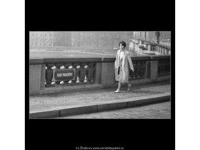 Dívka na konci mostu (2117-2), žánry - Praha 1963 duben, černobílý obraz, stará fotografie, prodej