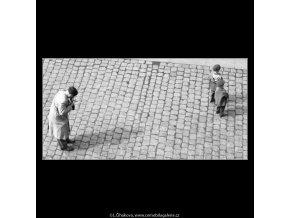 Otec se syny (2117-3), žánry - Praha 1963 duben, černobílý obraz, stará fotografie, prodej